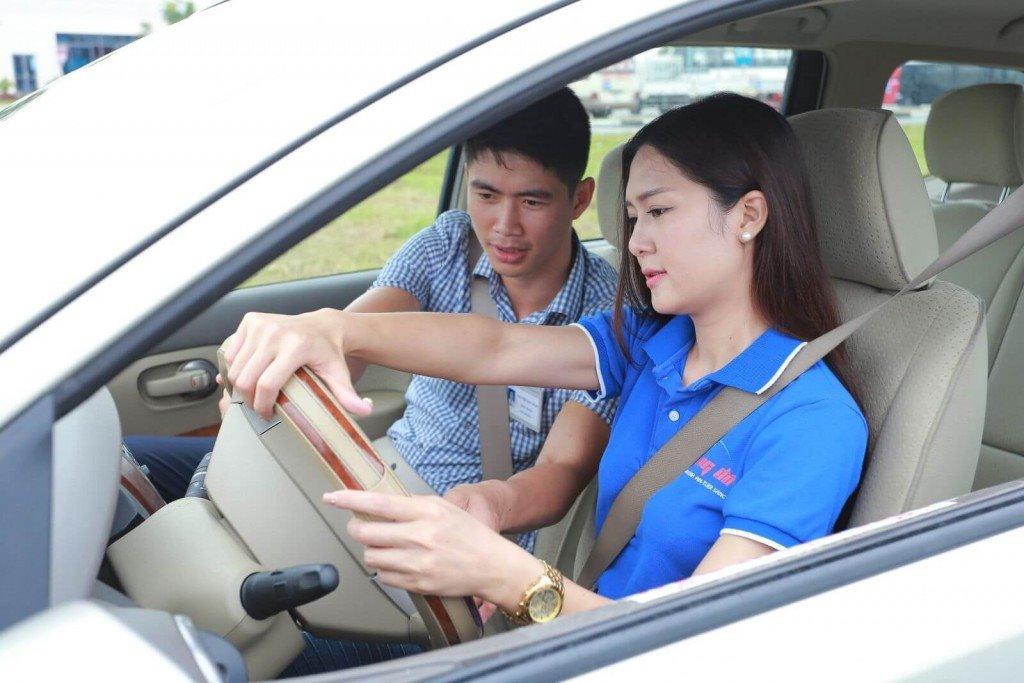 Thao tác đánh lái xe ô tô